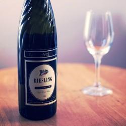 ボトルが特徴的な、ブルガリア産のボリュームある辛口白ワイン、タルゴヴィシテ リースリング