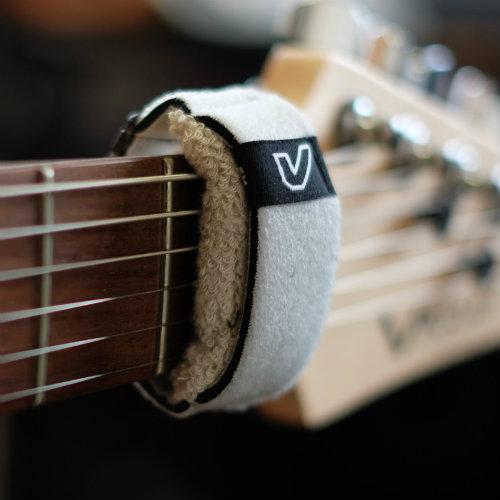 ギターの余計な音をミュートしてサウンドの雑味を消してくれる『フレットラップ』は必需品なのでは。